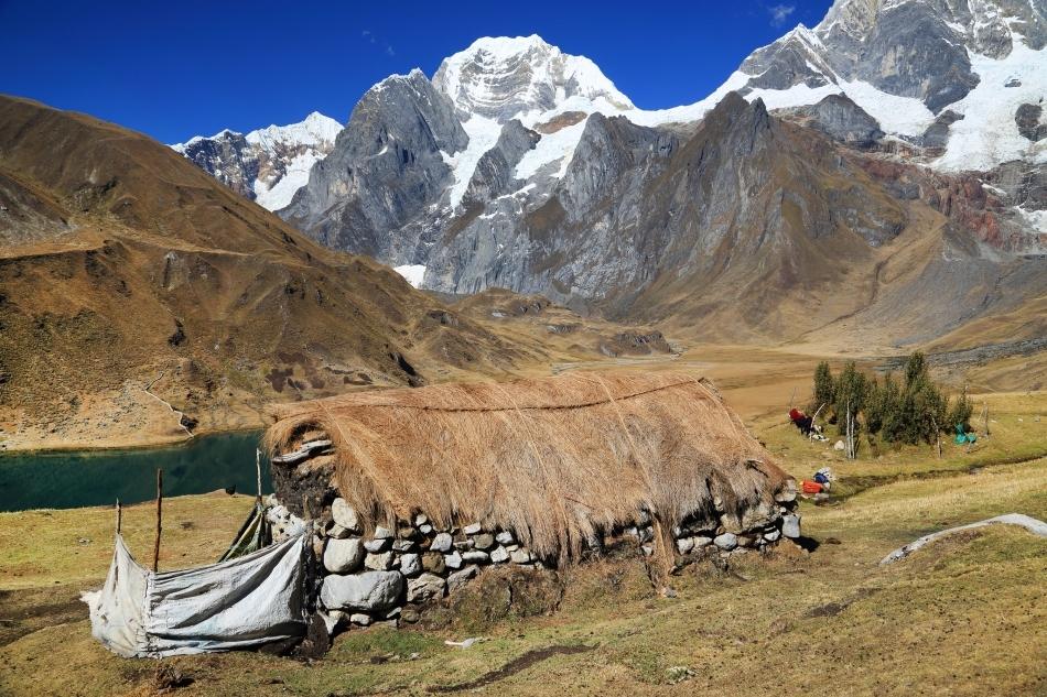 Sat tradiţional peruan la baza Muntelui Siula Grande.