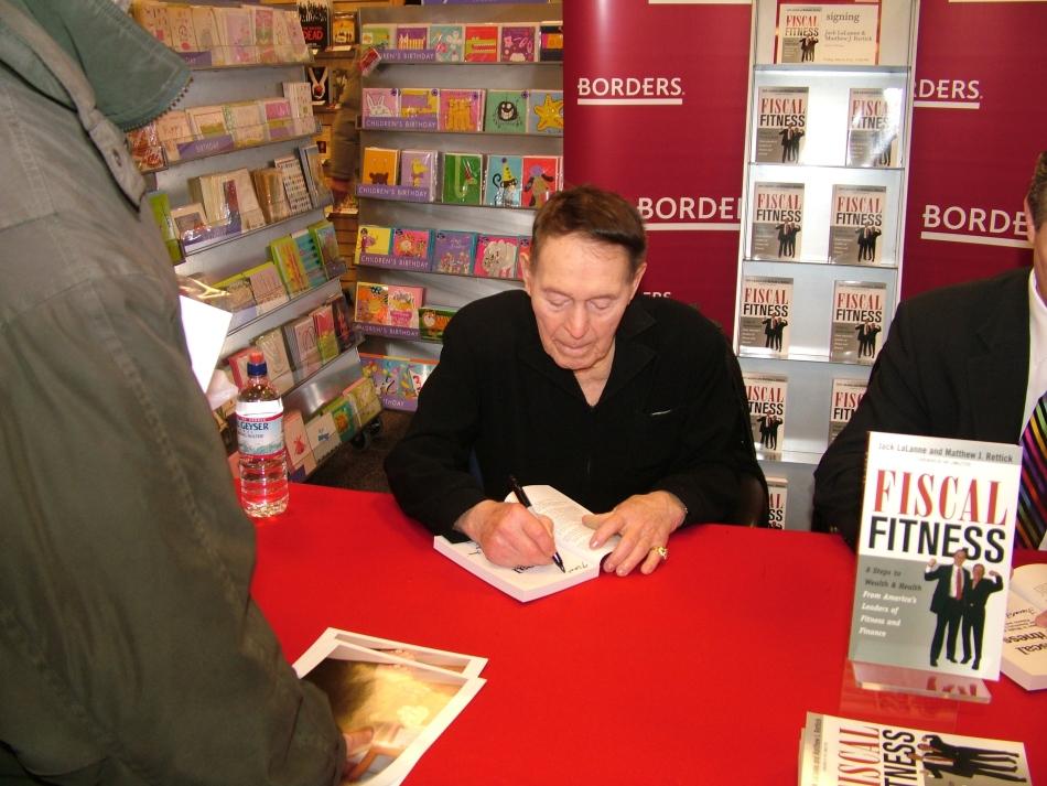 Jack LaLane acordând un autograf pe una dintre numeroasele sale cărţi.