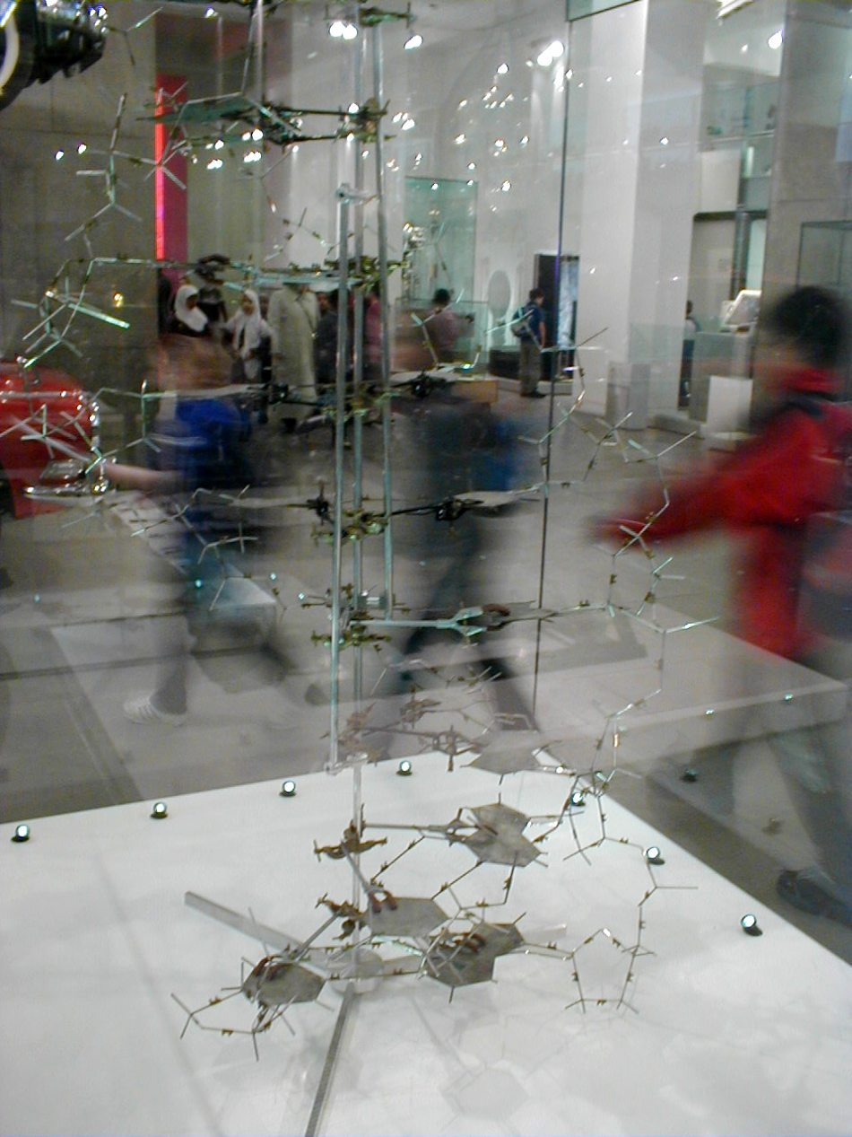 Reconstituirea modelului tridimensional din metal, construit de Watson şi Crick.