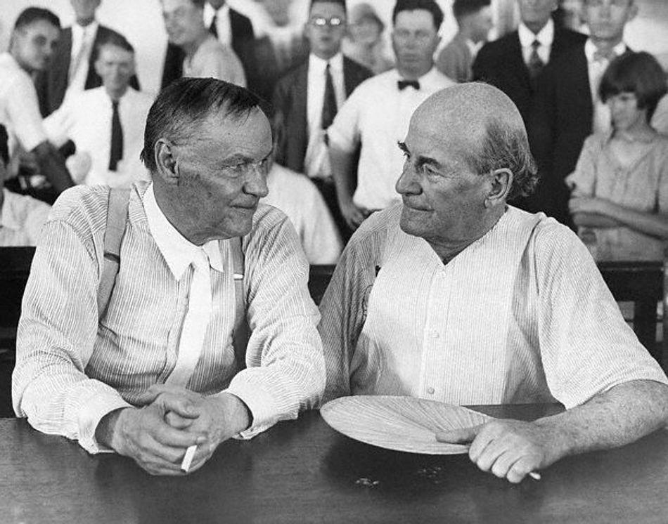 Avocatul Clarence Darrow (stânga) şi procurorul Willaim Jennings Bryan (dreapta), în timpul celebrului proces