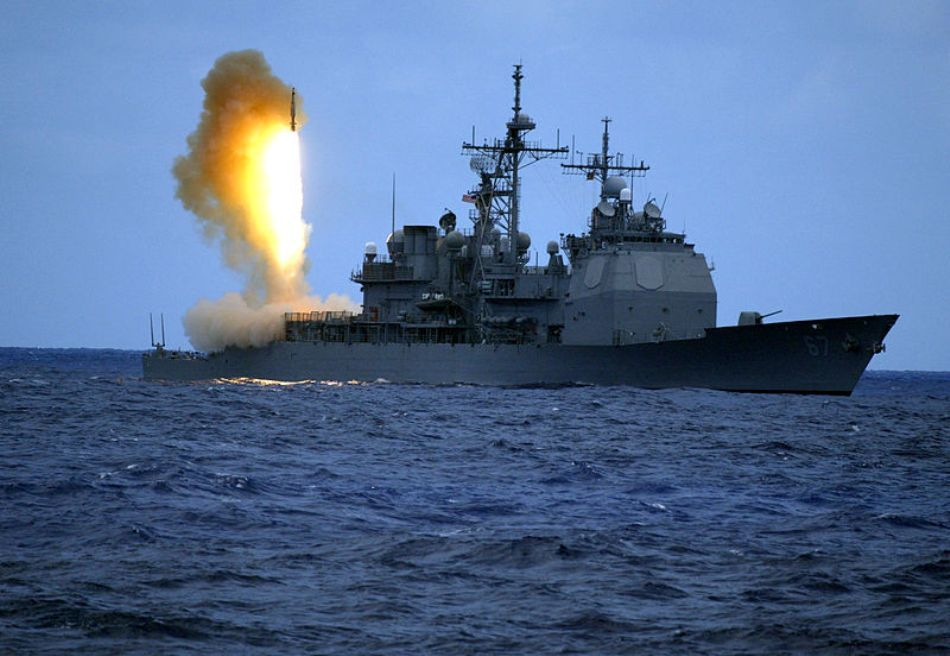 O rachetă de interceptare este lansată de pe platforma navei de război USS Shiloh