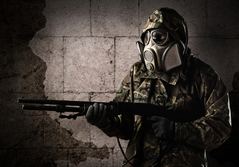 Soldat echipat cu o mască antigaze modernă