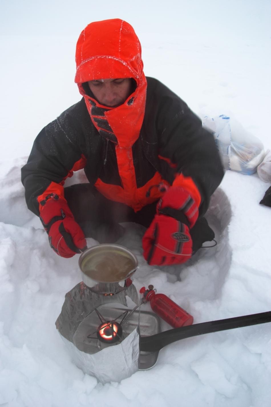 Pregătirea hranei pe un foc improvizat pe timp de iarnă