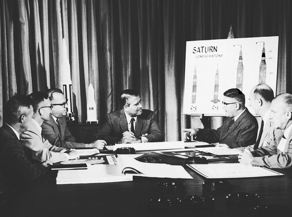 Werner von Braun (centru) în anul 1961, alături de membri ai echipei sale de studii.