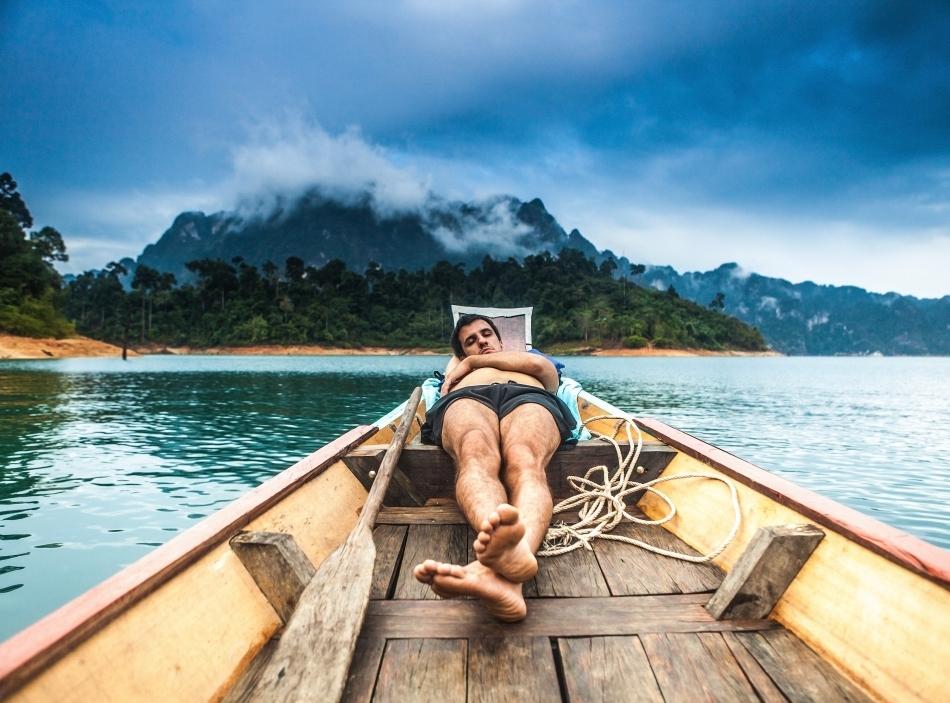 """Mulţi dintre noi dorm insuficient în cea mai mare parte a anului, iar în concediu încearcă să """"recupereze""""."""