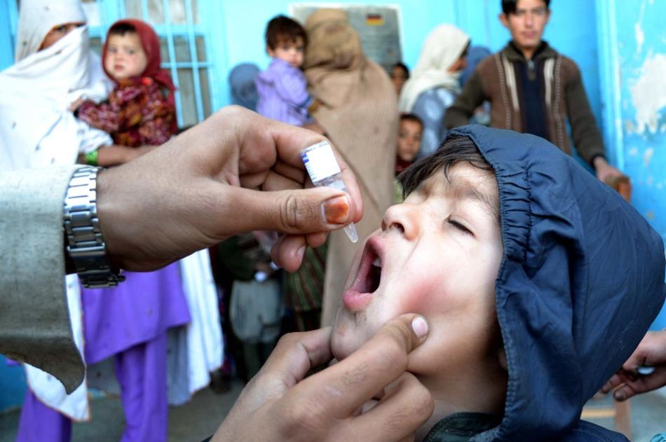Vaccinul împotriva poliomielitei se administrează oral şi previne în mod foarte eficient apariţia acestie boli periculoase, ce poate duce la invaliditate pe viaţă sau la deces.