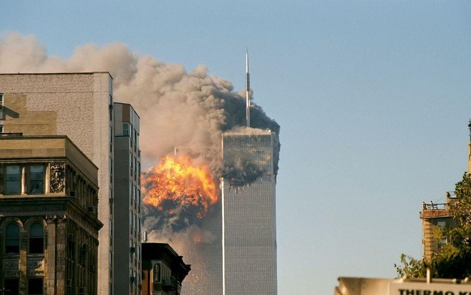 """Turnul sudic din complexul World Trade Center: Ron DiFrancesco, care a coborât zeci de etaje îndrumat de o """"voce"""" pe care a auzit-o în minte, este considerat ultimul om care a  ieşit viu din Turnurile Gemene, înainte de prăbuşirea acestora, la 11 septembrie 2001."""