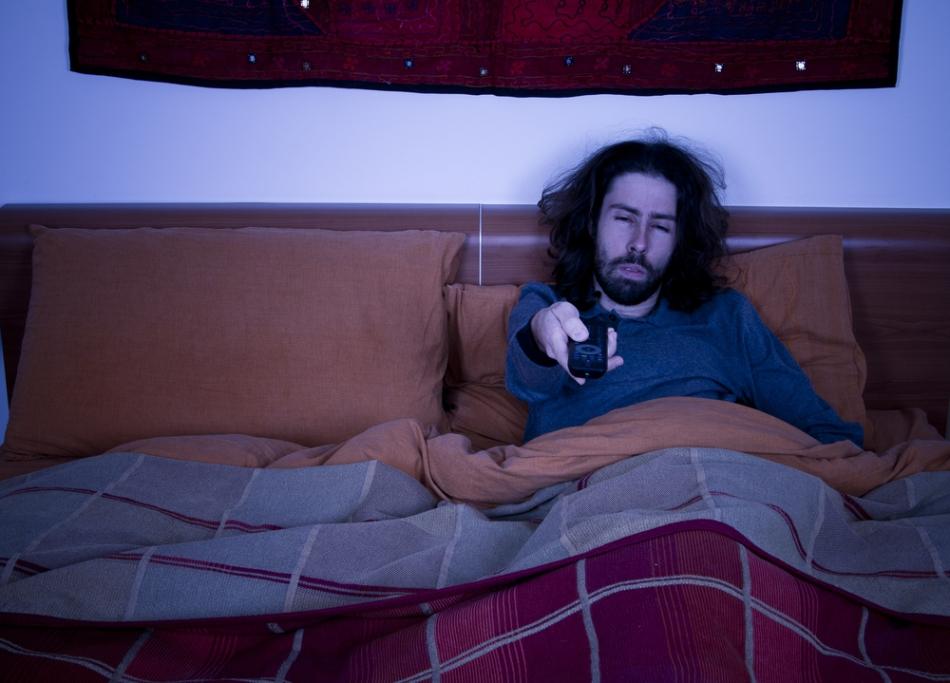 Ecranele televizorului, calculatorului, tabletei sau telefonulului radiază o lumină cu dominantă albastră care perturbă somnul.