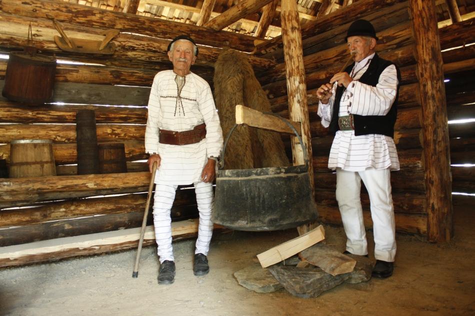 Petru Olaru cântă chiar şi in stână,  amintindu-şi, împreună cu Petru Ititesc, de perioada când urcau la munte cu oile