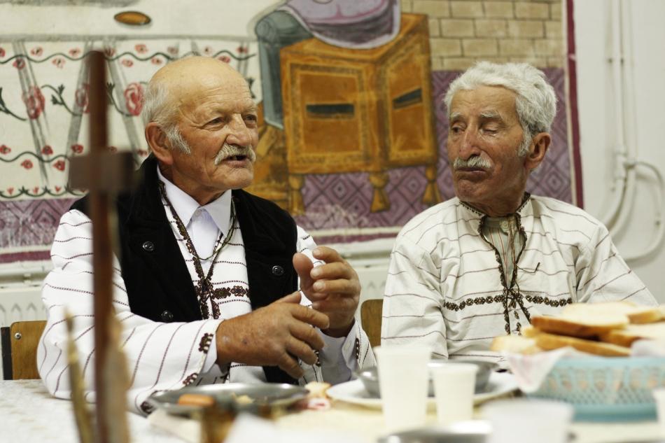 Petru Olaru şi Petru Ititesc la masa organizată la biserica Sf. Varvara