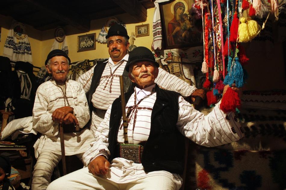 Petru Ititesc, Petru Gălăţan şi Petru Olaru. Se observă alăturarea elementelor creştine, icoana, cu cele păgâne, ciucurii steagului piţărăilor