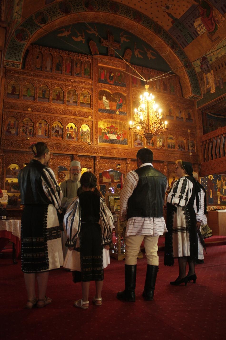 Interiorul bisericii Sf. Varvara, frecventată de comunitatea momârlănească