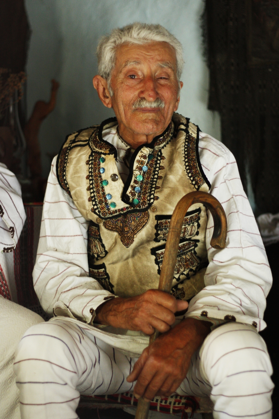 Petru Ititesc îmbrăcat în portul popular momârlănesc, putându-se observa caracteristicile hainelor