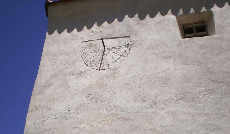 Un ceas solar, fixat pe turnul sud-vestic în 1662, măsoară trecrea implacabilă a timpului, spre ştiinţa tuturor celor care trec prin Dârjiu, satul harghitean unde obiceiurile oamenilor au rămas neschimbate din Evul Mediu.