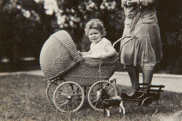 Regina Elisabeth II în copilarie