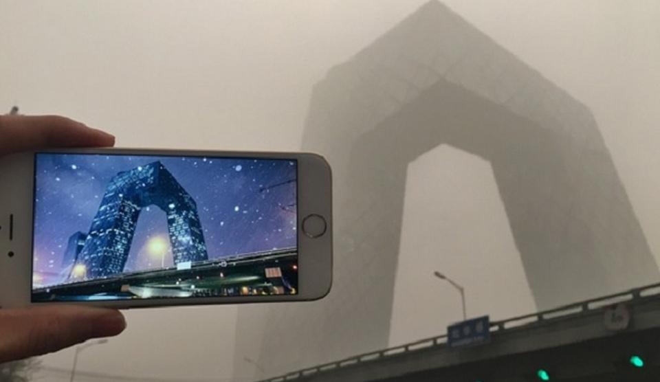 Principalele clădiri din Beijing înainte şi după valul de smog