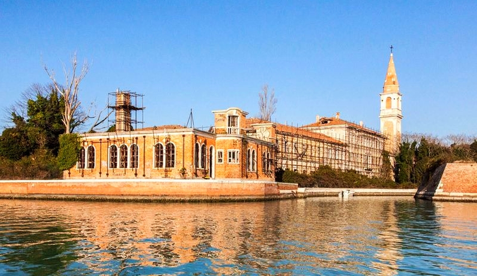 Insula Poveglia este una dintre numeroasele insule mici situate în laguna veneţiană între Veneţia şi Lido.