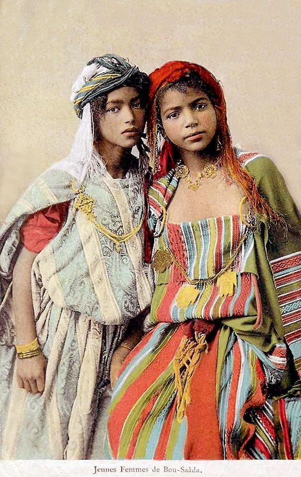 Frumuseţea feminină capturată în imagini vechi de 100 de ani.