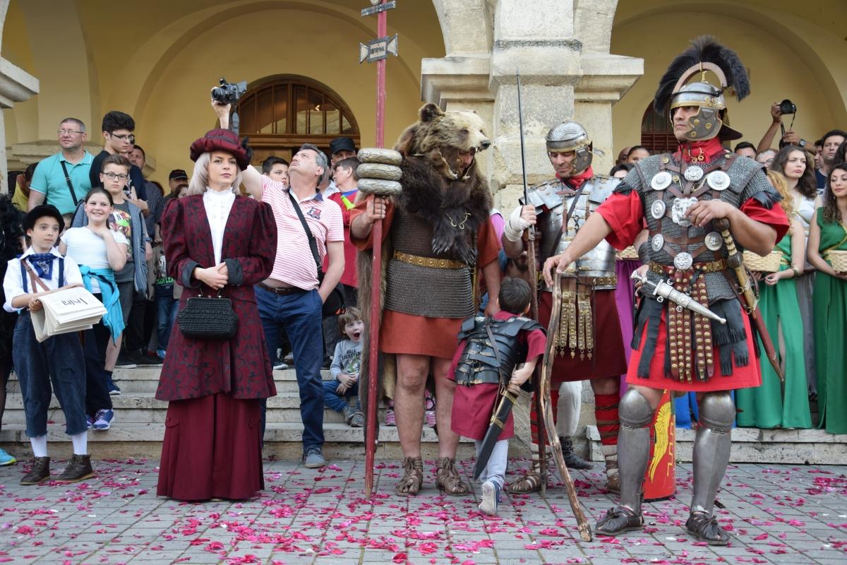Paradă cu zeci de personaje istorice la Noaptea Muzeelor, la Alba Iulia / Foto: Mediafax