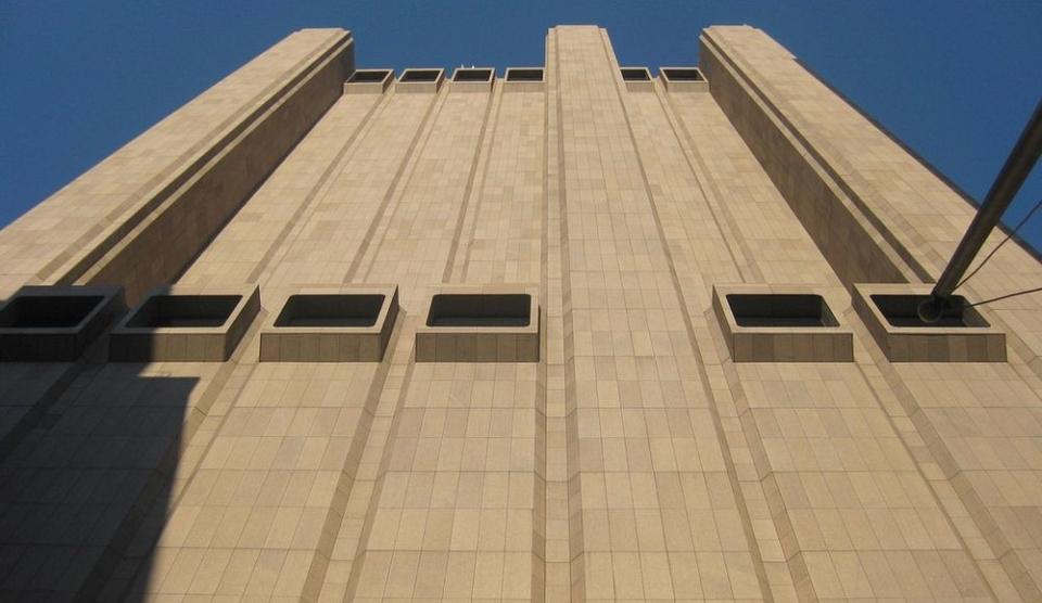 Long Lines Building are 168 de metri înălţime, este construită din beton monolit placat cu granit, dar fără niciun geam