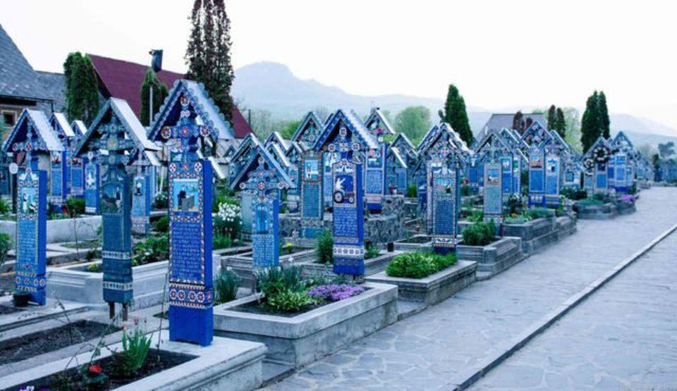 Umorul cu care maramureşenii tratează moartea este reflectat în cel mai unic cimitir din lume ,,Cimitirul Vesel de la Săpânţa''