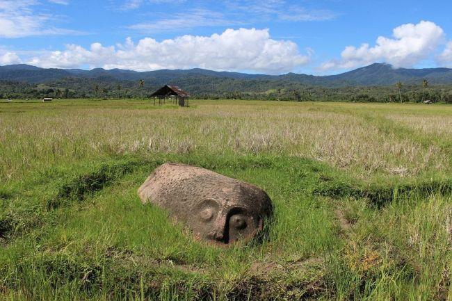 Sculpturile gigantice indoneziene care amintesc de statuile Maoi din Insula Paştelui