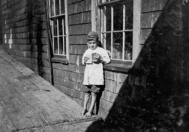 Fotograful Lewis Hine a surprins în imagini munca asiduă a minorilor din fabricile de sardine din Statele Unite ale Americii