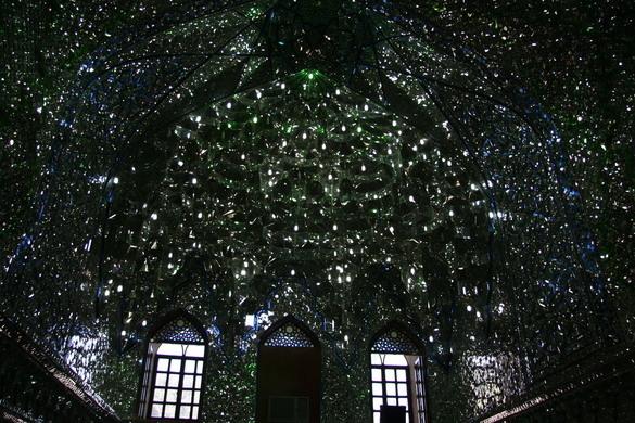 Shah Cheragh: moscheea iraniană care pare construită din smarald