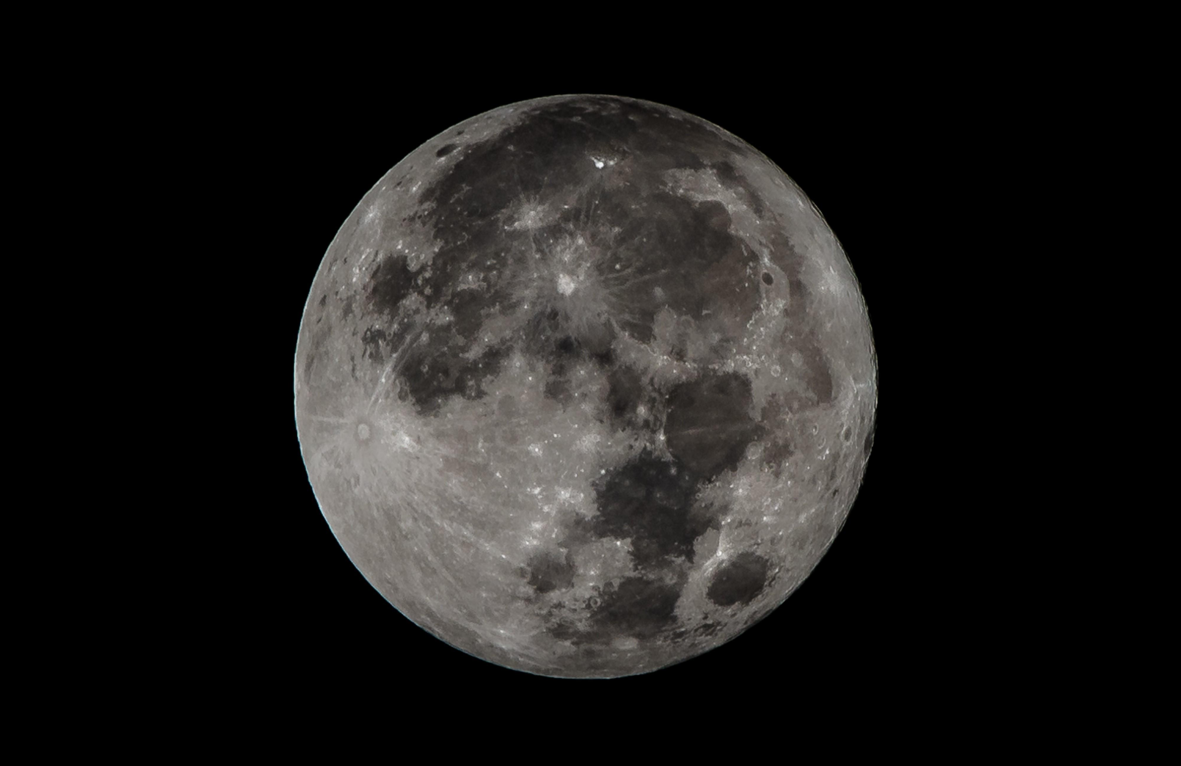 Super Luna surprinsă în imagini din întreaga lume