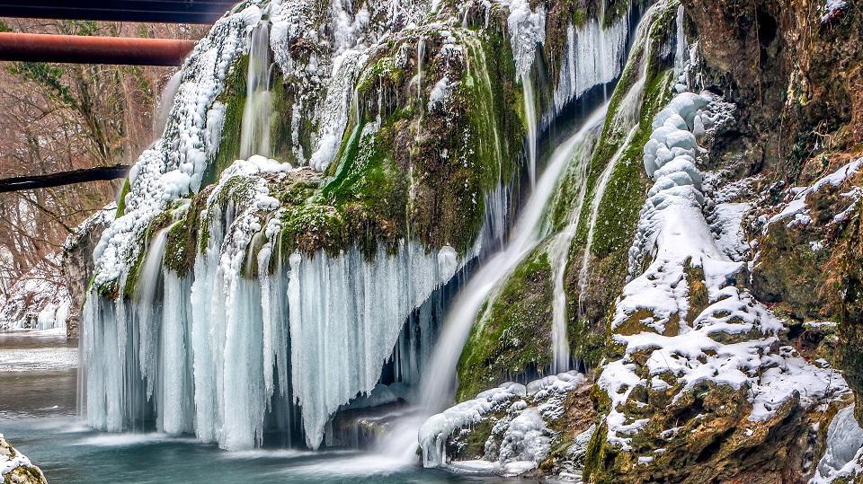 Cea mai frumoasă cascadă din lume, aflată în România, a îngheţat