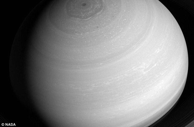 Imagini INCREDIBILE cu furtunile hexagonale de pe Saturn