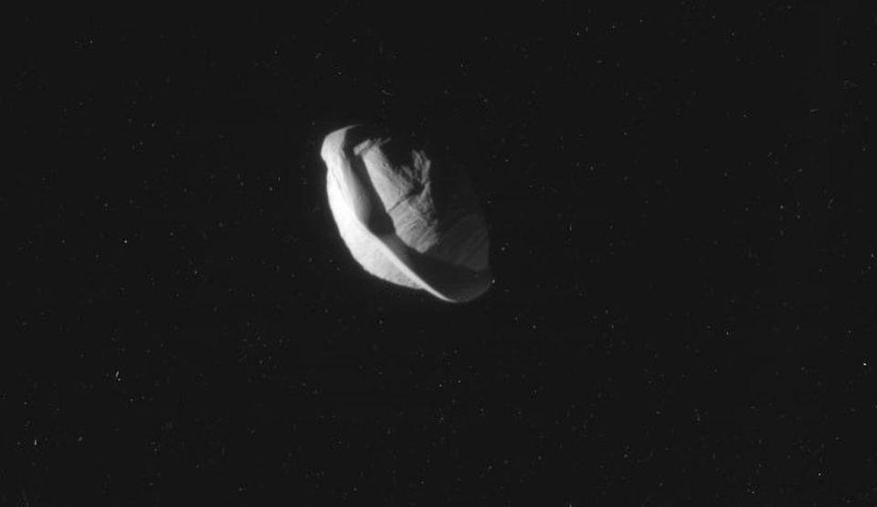 Pan, Luna cu formă ciudată a lui Saturn