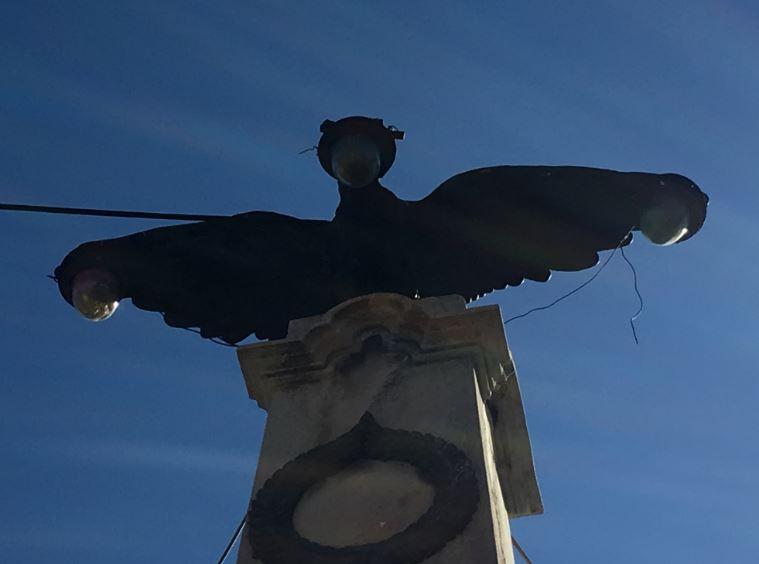 Vulturul monument cu becuri în cioc şi pe aripi din Prahova