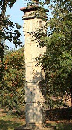 Monumentul precreştin Zbruch este printre puţinele artefacte păgâne care au rămas în spaţiul slav