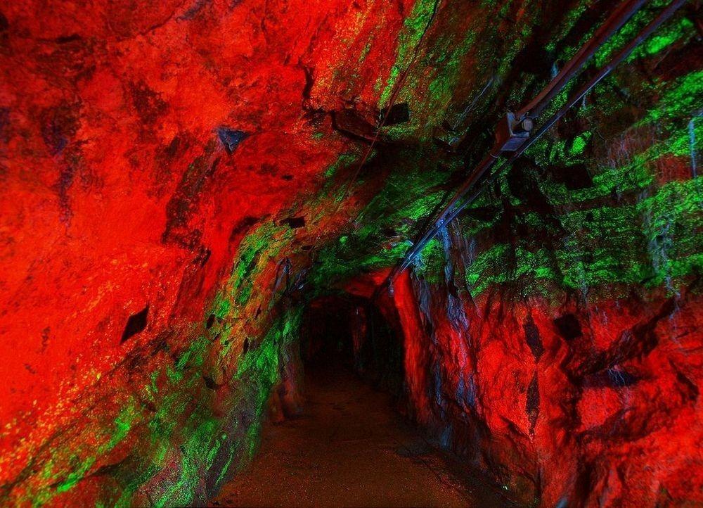 Peştera cu minerale fluorescente din Statele Unite ale Americii