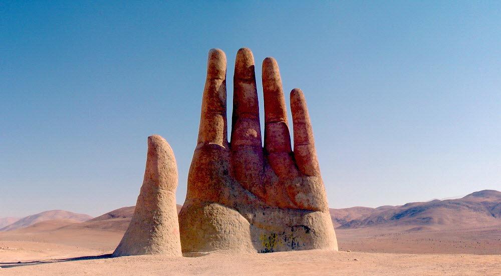 Sculpturi gigantice de mâini din jurul lumii