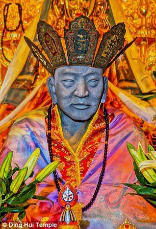 Mumia budistă cu rămăşiţe intacte