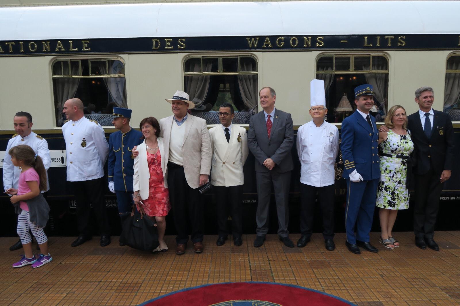 Trenul Orient Express a oprit la gara din Sinaia, pasagerii vizitând Castelul Peleş