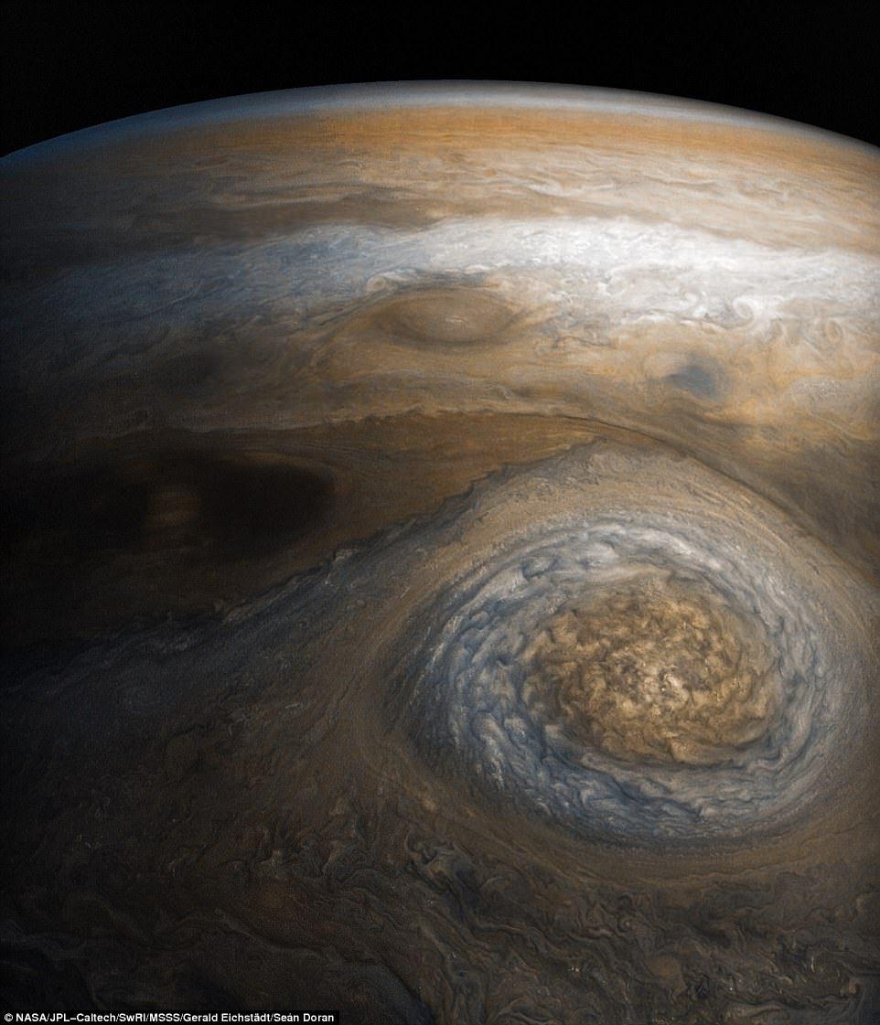 Imagini spectaculoase cu norii de pe Jupiter