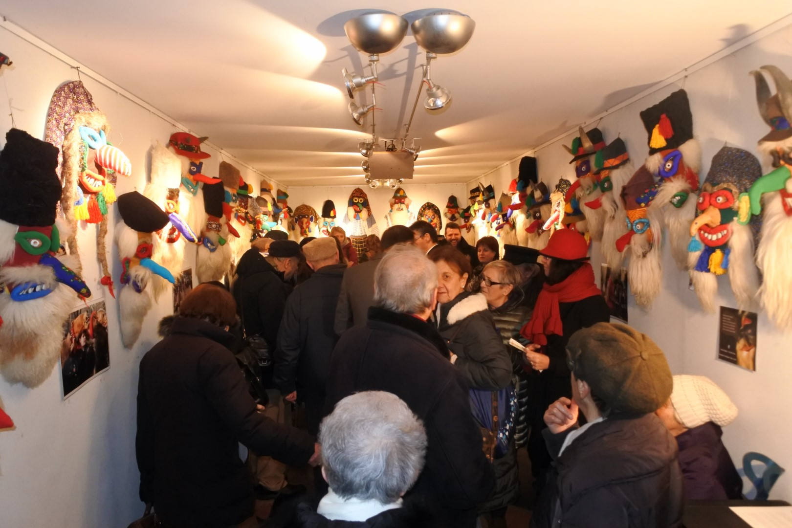 Un român a atras atenţia cu măştile sale ciudate la Carnavalul de la Veneţia
