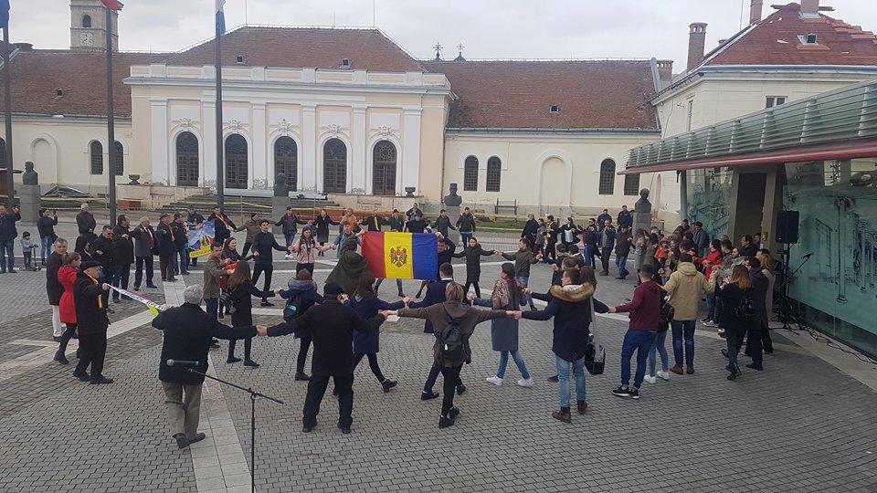 Zeci de români şi moldoveni au făcut Hora Unirii la Alba Iulia